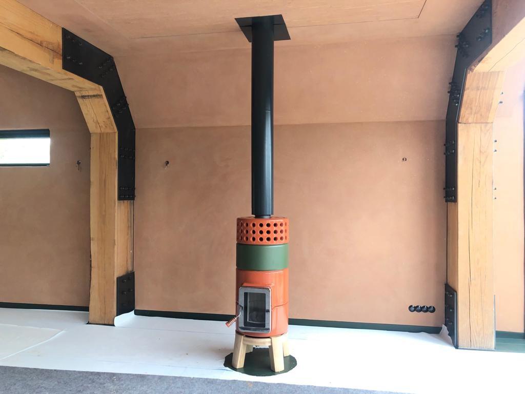 Round Stack houtkachel oranje groen met zwarte Poll design rookgasafvoer
